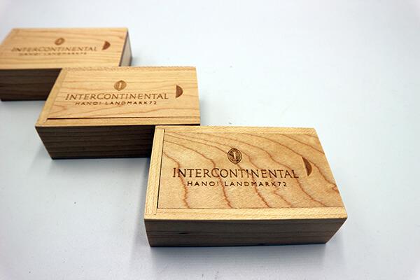 Quà tặng doanh nghiệp USB in logo hộp gỗ mẫu 2