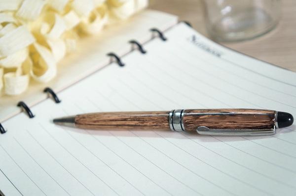 Sản xuất bút bi vỏ gỗ in logo công ty
