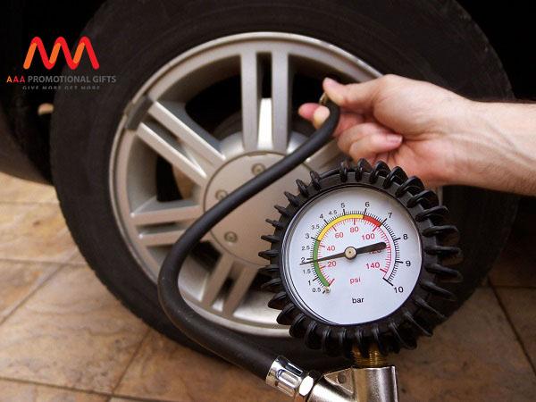 Kiểm tra áp suất lốp xe để đảm bảo an toàn